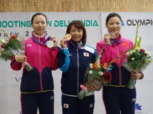 表彰式で笑顔の中山選手(中央/写真:日本クレー射撃協会)