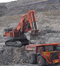 写真:採掘現場で稼動する建設機械