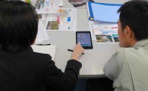 顧客協創プロセスにおけるプロトタイプを用いたお客さまへのレビューの様子