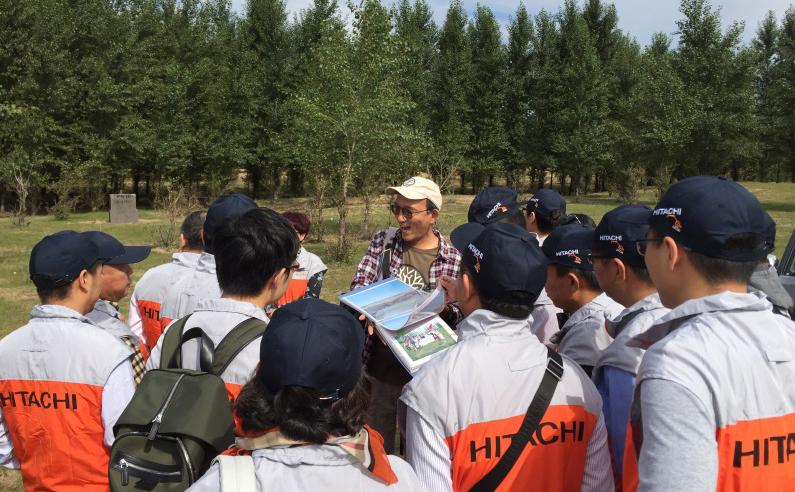 写真:大滝 隆司さんから説明を受けるスタッフ