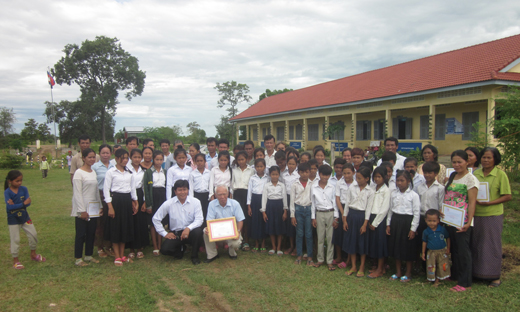 Commemorative photo taken in front of the teachers' dormitory